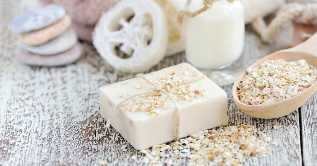 Imagen que explica para qué sirve el jabón de avena, principalmente para cuidar la piel.