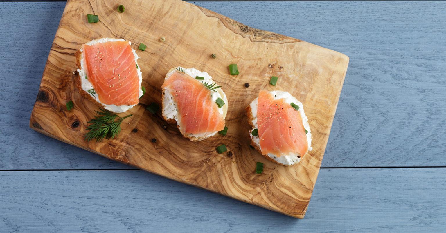 Canapés de queso azul y salmón ahumado