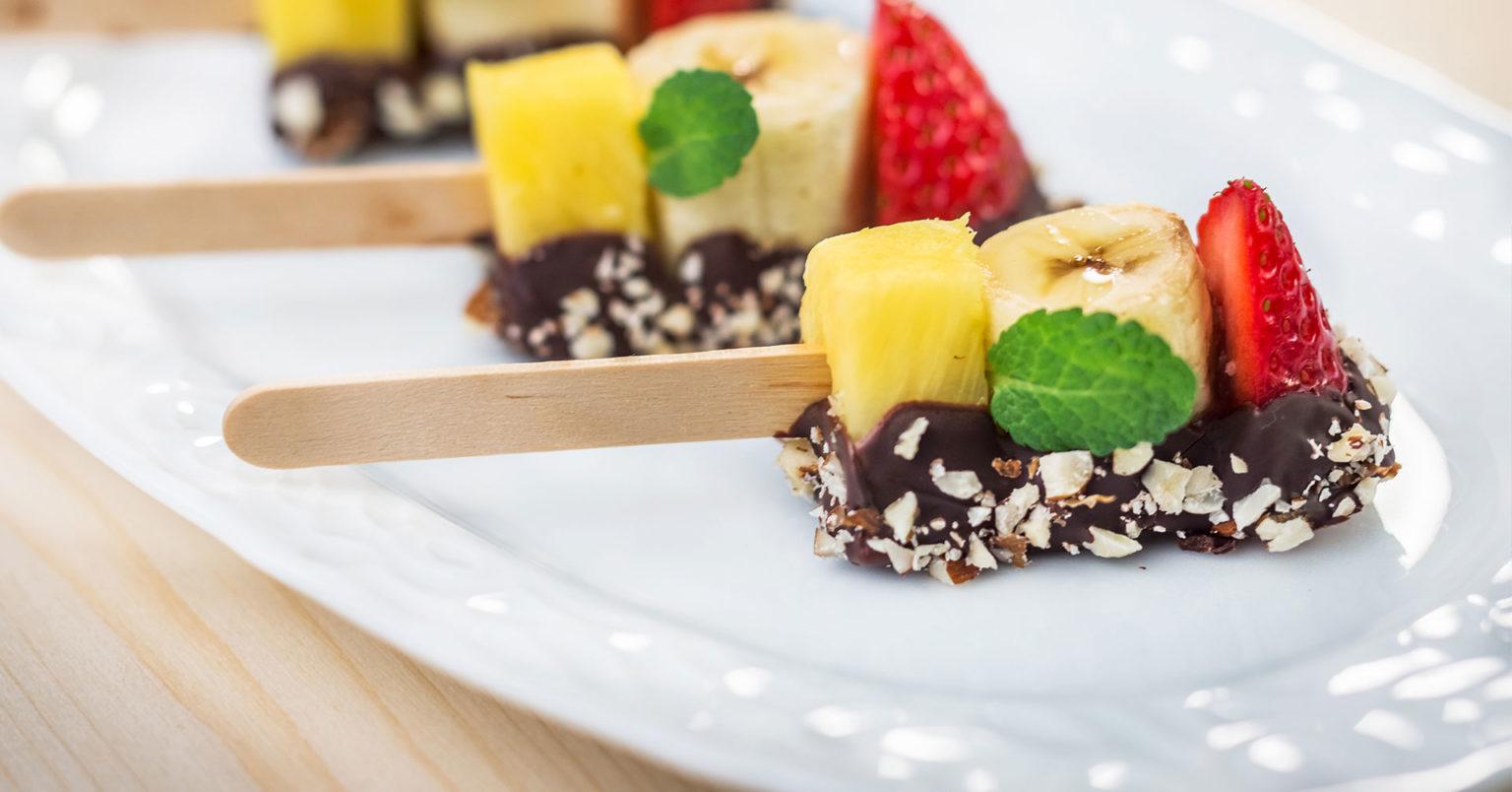 Chocopaletas de fruta con granola