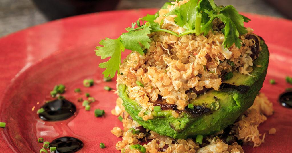 La avena es buena para el corazón, consúmela en esta deliciosa receta de aguacate relleno de amaranto.