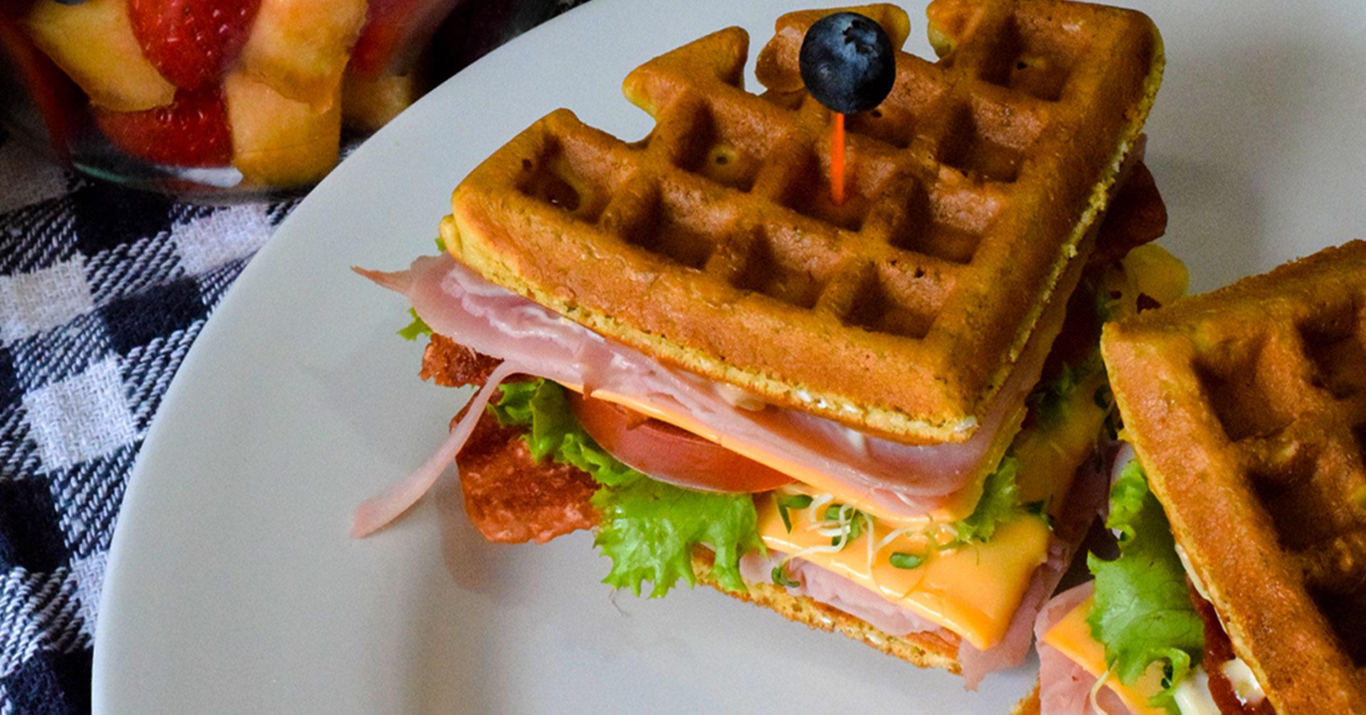 Prepara un sabroso club sándwich wafle