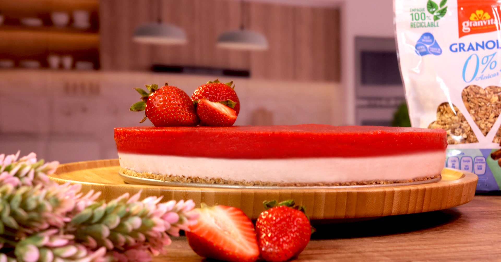 Prepara un delicioso cheesecake de fresa con granola