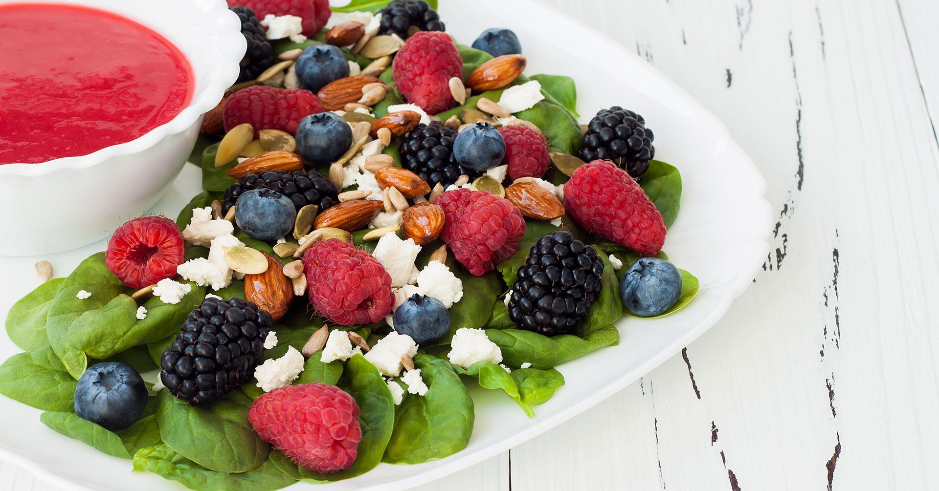 Saludable ensalada fresca de frutos rojos