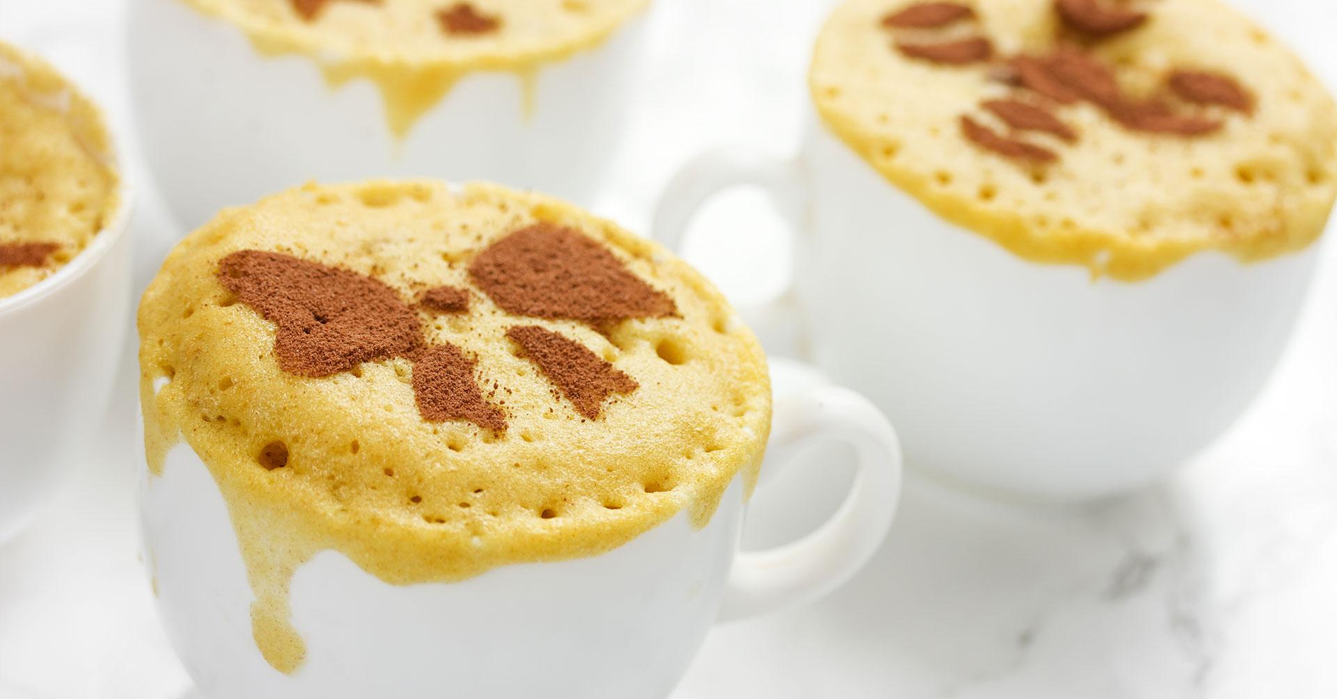 Prepara un sabroso mug cake de plátano y avena