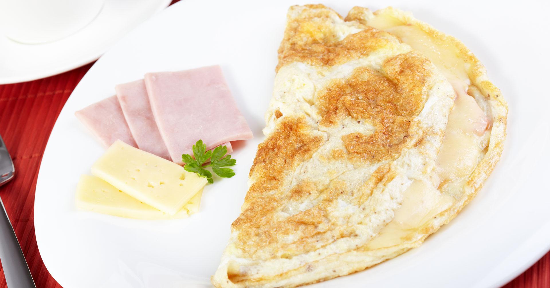 Un rico desayuno con tortas de avena y claras
