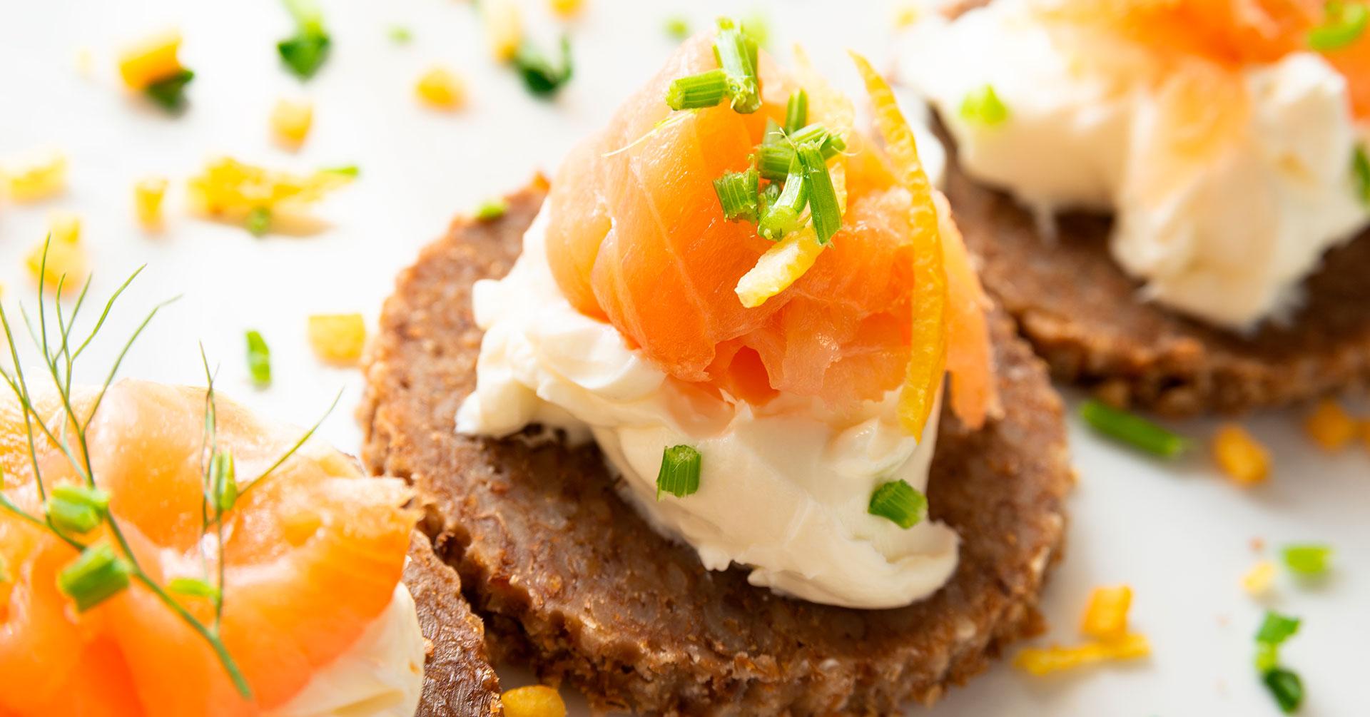 Canapés de avena con queso de cabra y salmón
