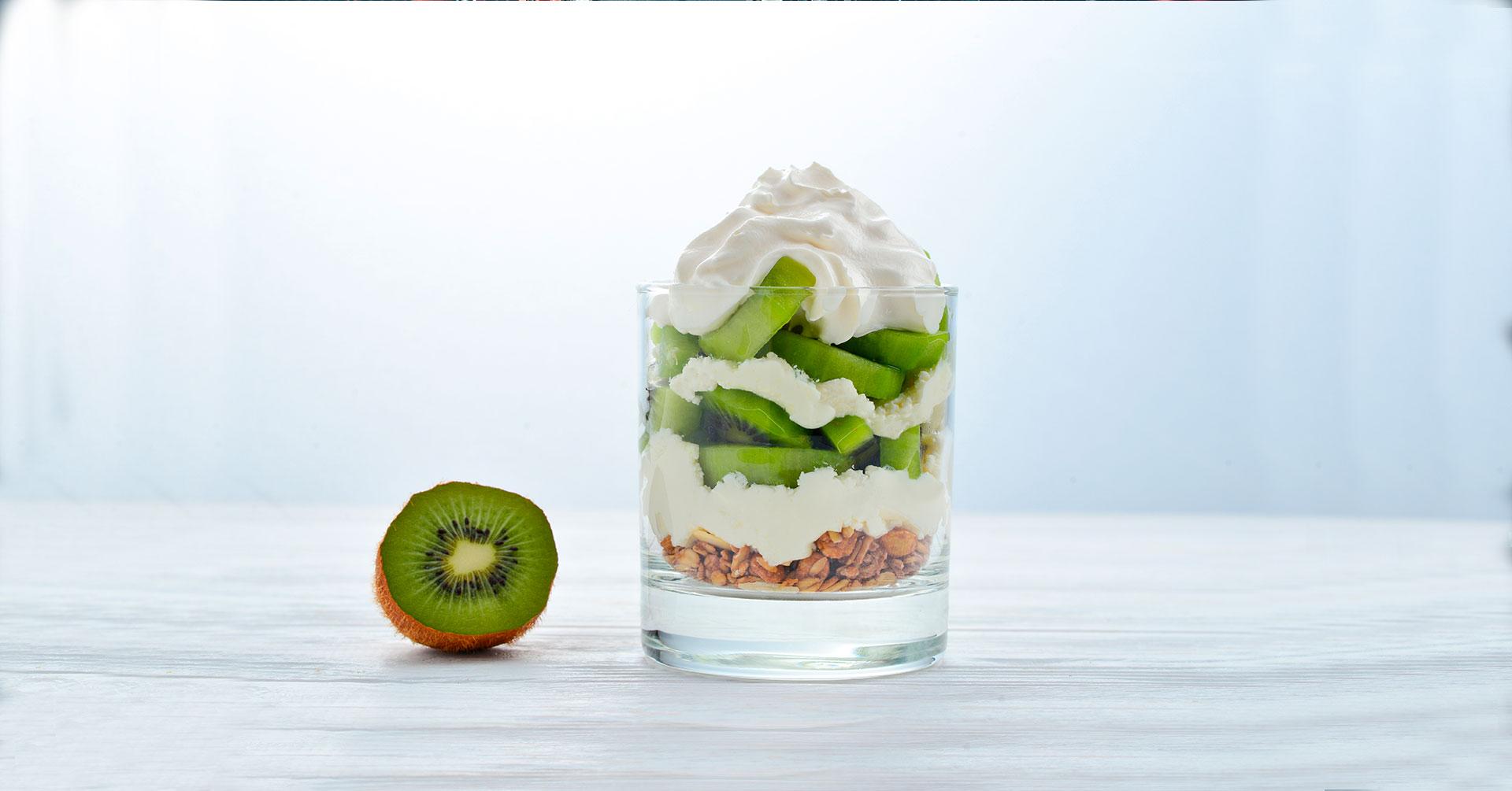 Granola con yogur y kiwi