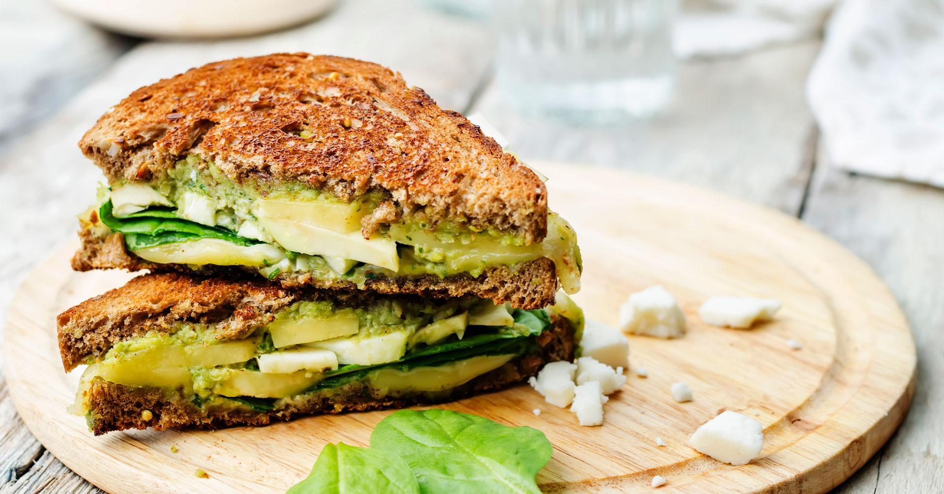Sándwich de avena con espinaca y queso cabra