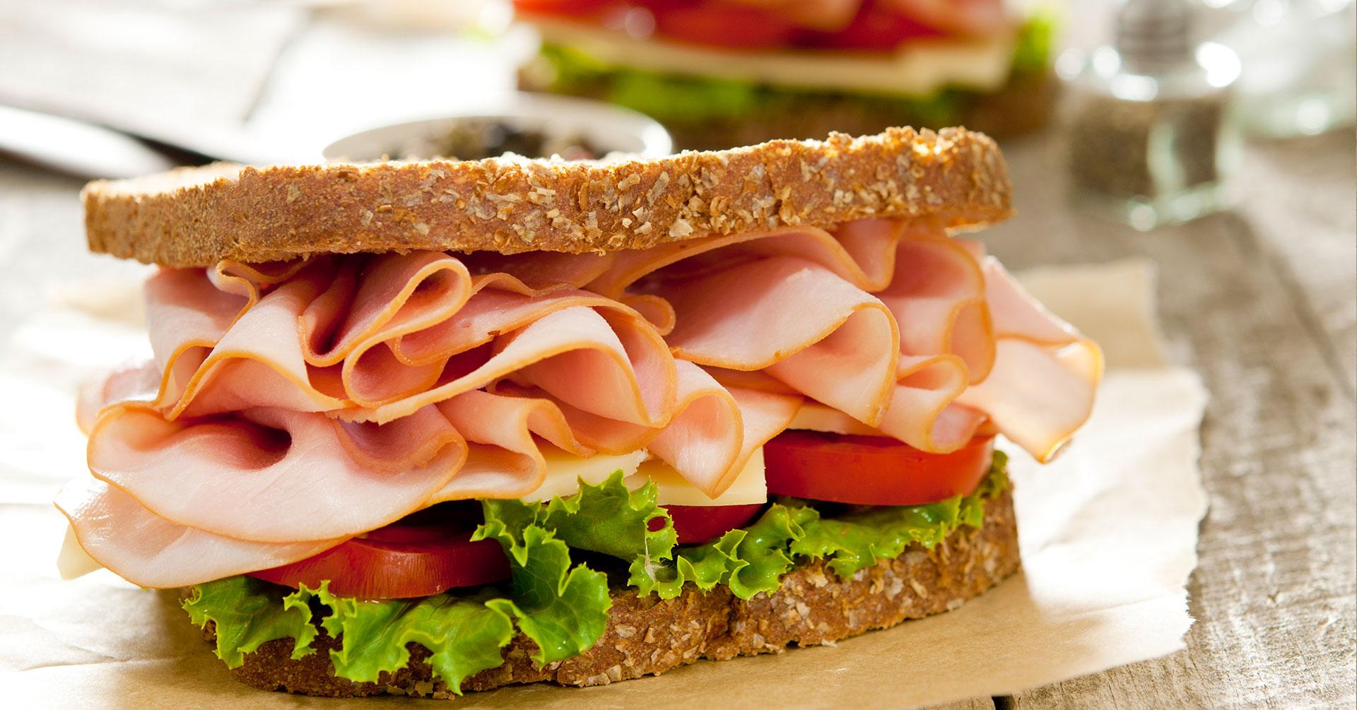 Sándwich de avena y jamón de pavo