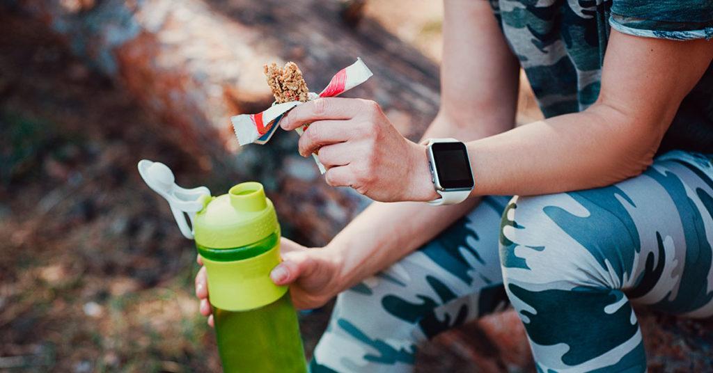 Una barra de cereal o carbohidratos simples te ayudarán a recuperar energía al terminar tu medio maratón.