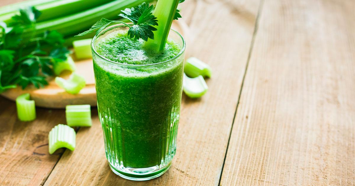 Jugo verde de espinacas, perejil, apio y piña