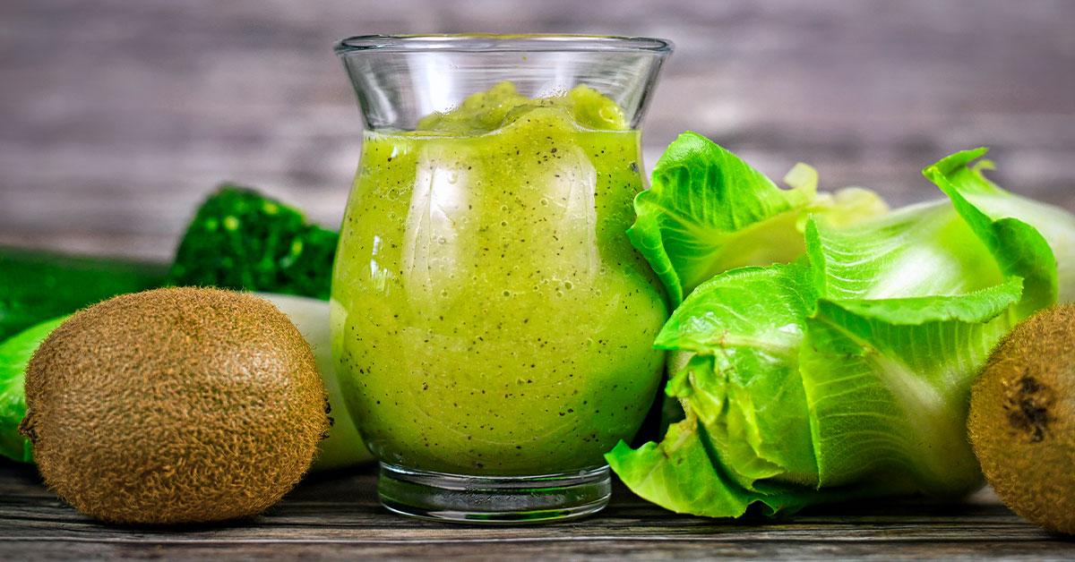 Jugo verde de espinacas, lechuga y kiwi