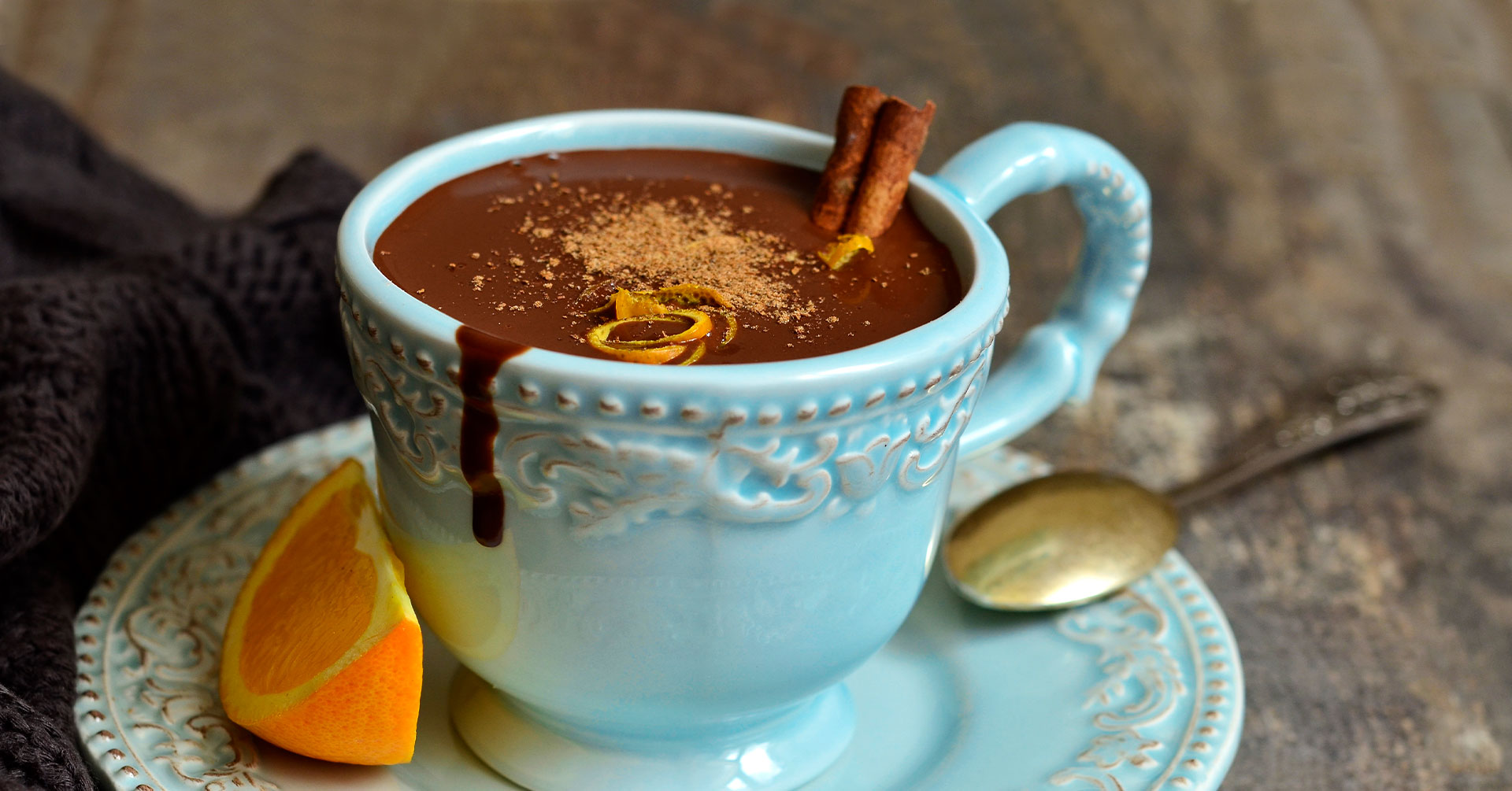 Exquisito chocolate caliente con naranja
