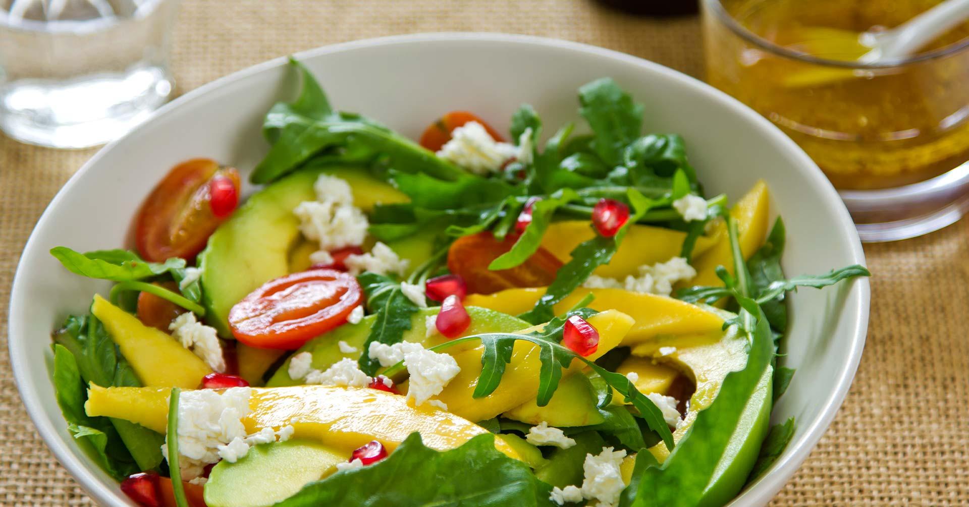 Ensalada con mango y granola