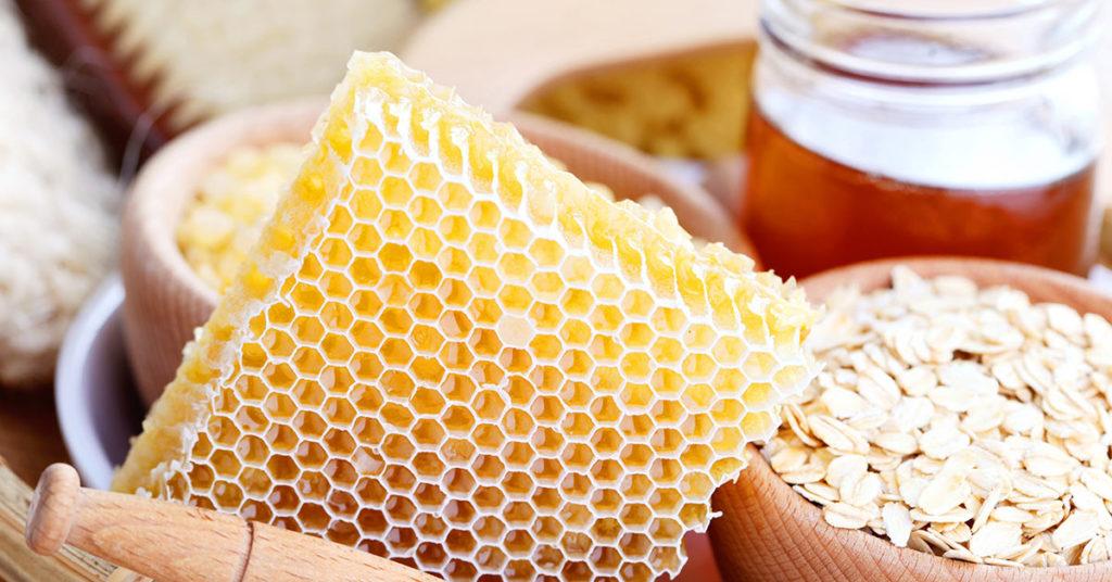 Mascarilla de avena con miel para reducir el brillo de la cara.