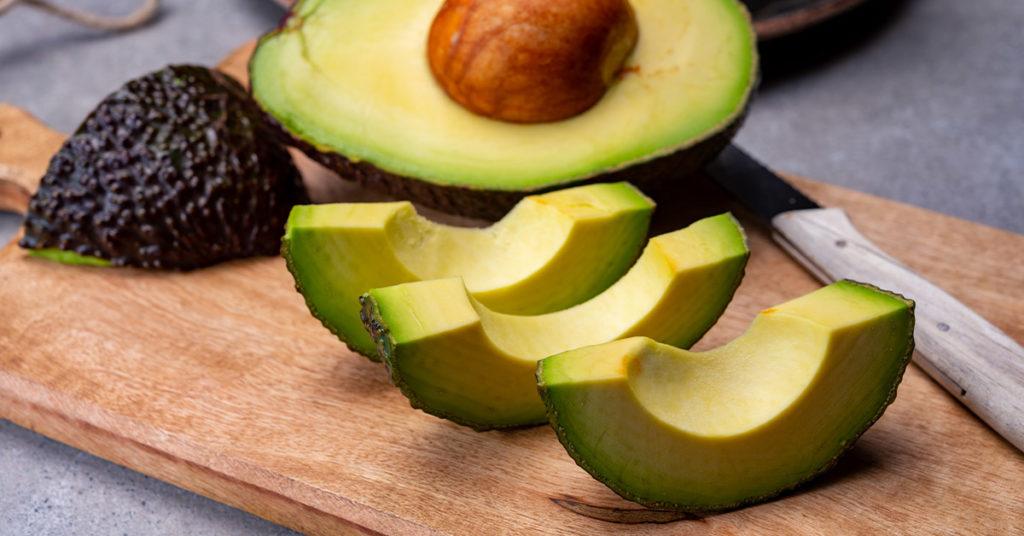 Imagen de aguacates, un alimento nutritivo rico en grasas saludables para el cuerpo.
