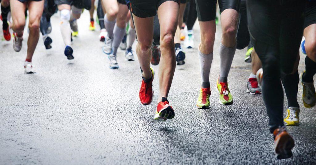 Imagen de personas corriendo un medio maratón.