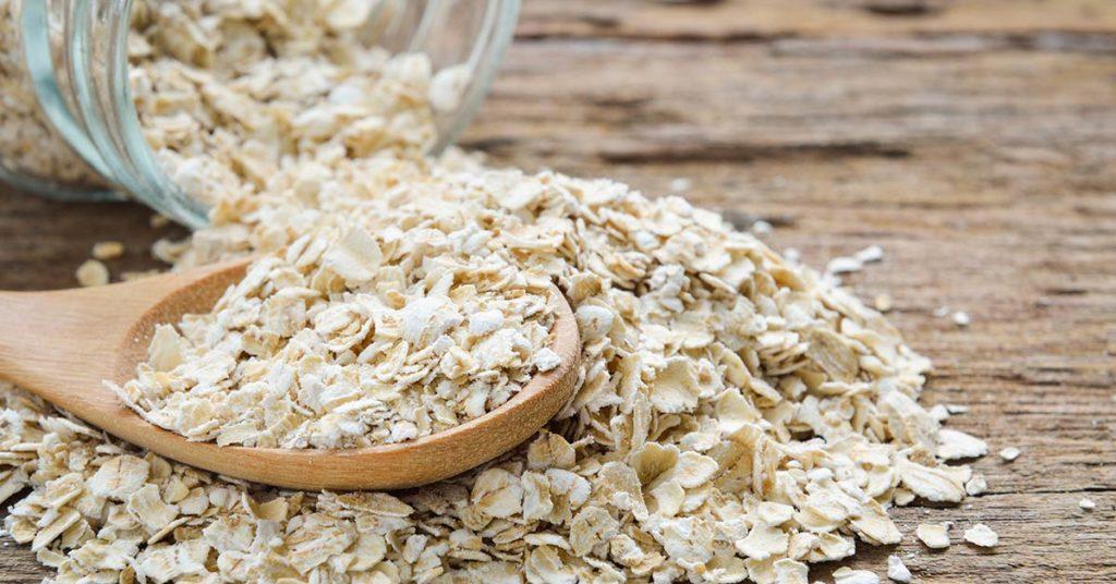La avena tiene diversos beneficios para la salud estomacal.