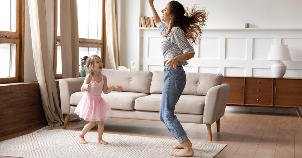 Bailar en casa es un ejercicio para niños, ideal para hacer en cuarentena.
