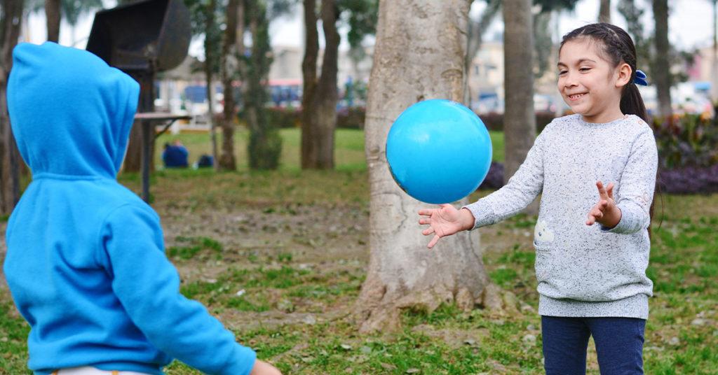 Imagen de niños jugando con una pelota en un parque.