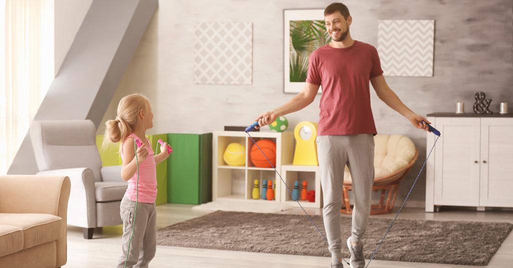 Imagen de ejercicios para niños en casa, como saltar la cuerda.