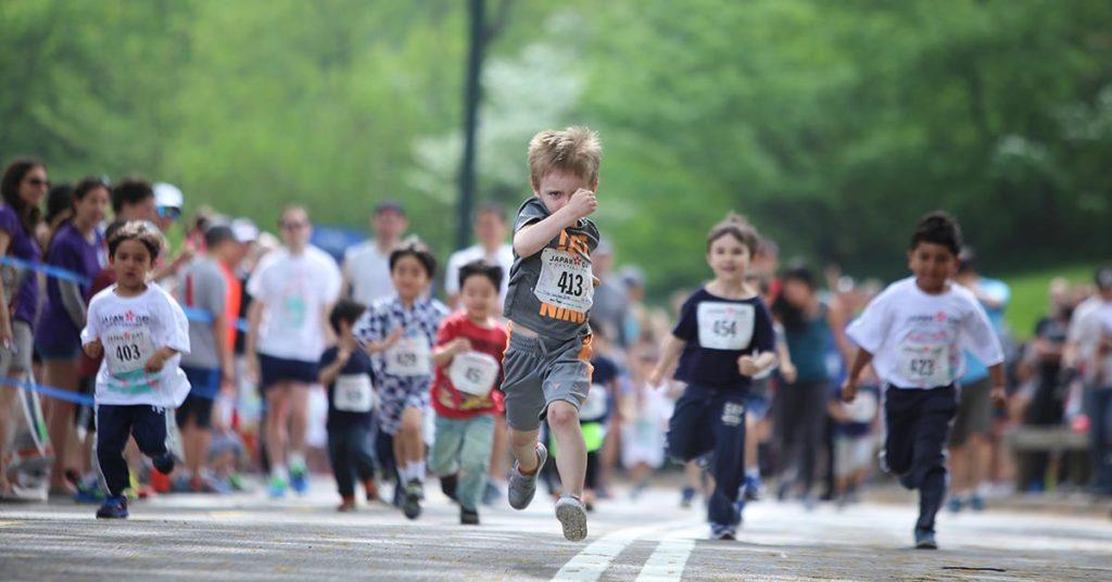 Imagen de niños que corren una competencia.