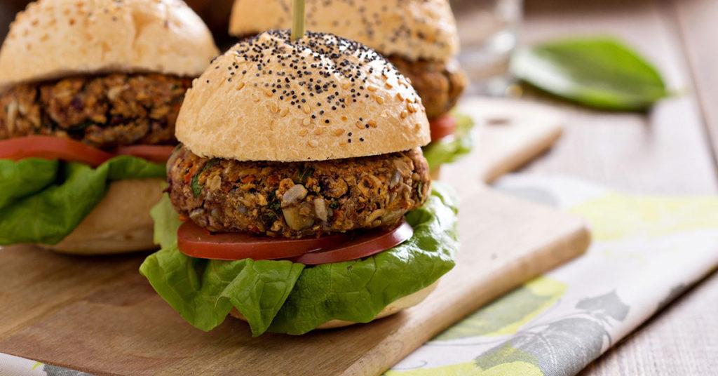 Imagen de hamburguesa hecha con avena y verduras.