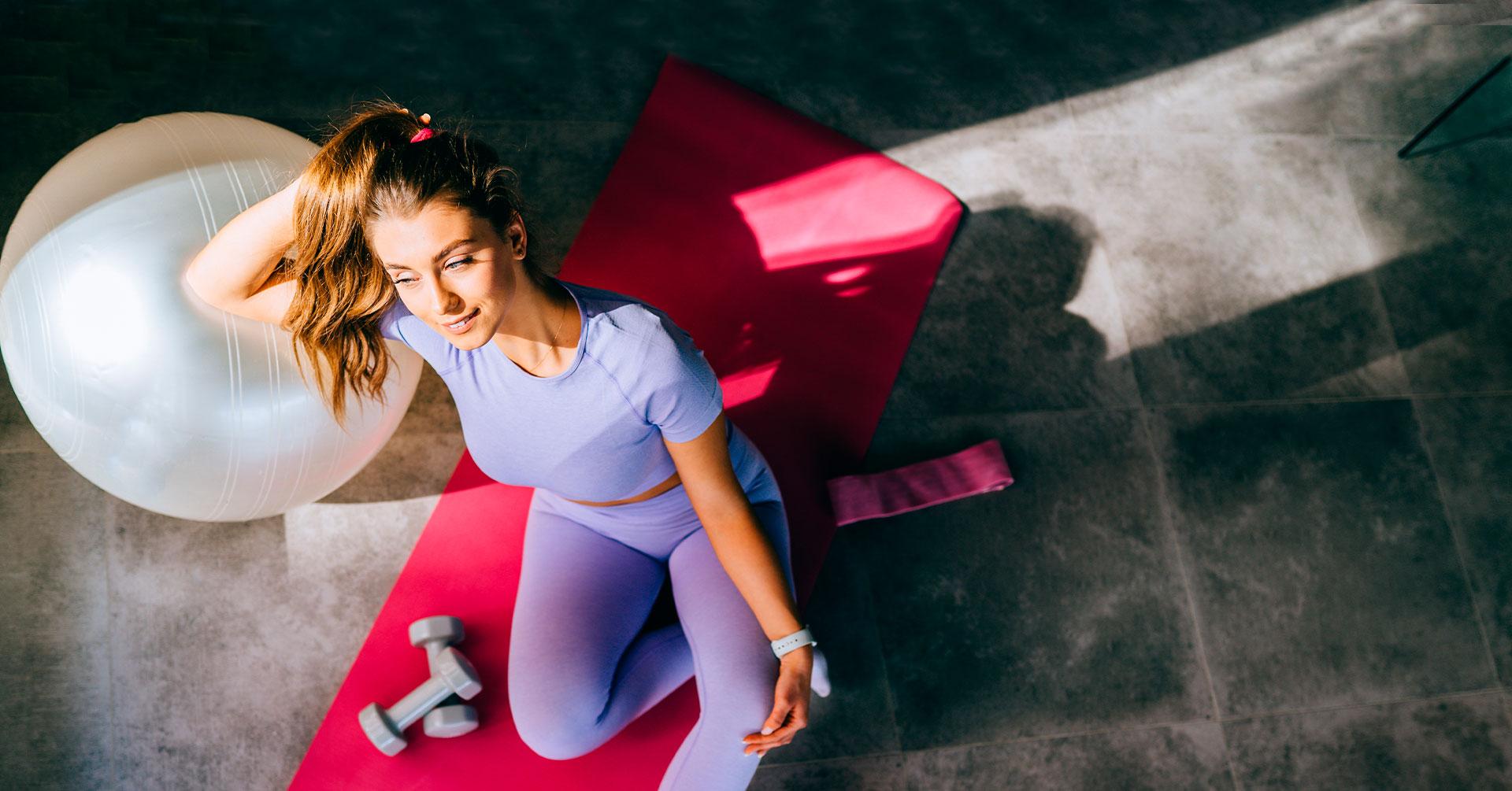 Intenta esta rutina de ejercicios con pelota en casa, ¡te encantará!