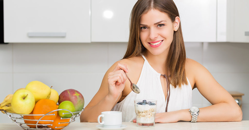 Imagen de mujer comiendo avena.