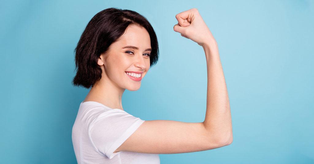 Mujer saludable por los beneficios de las proteínas.