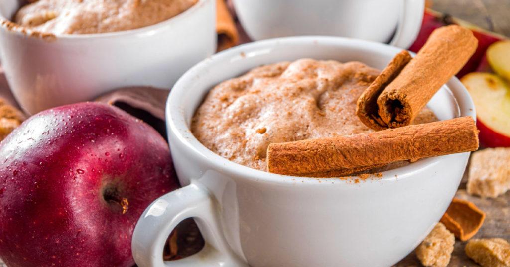 Imagen de mug cake de avena con manzana y canela.