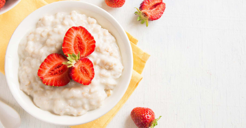 Imagen de porridge de avena y fresas.