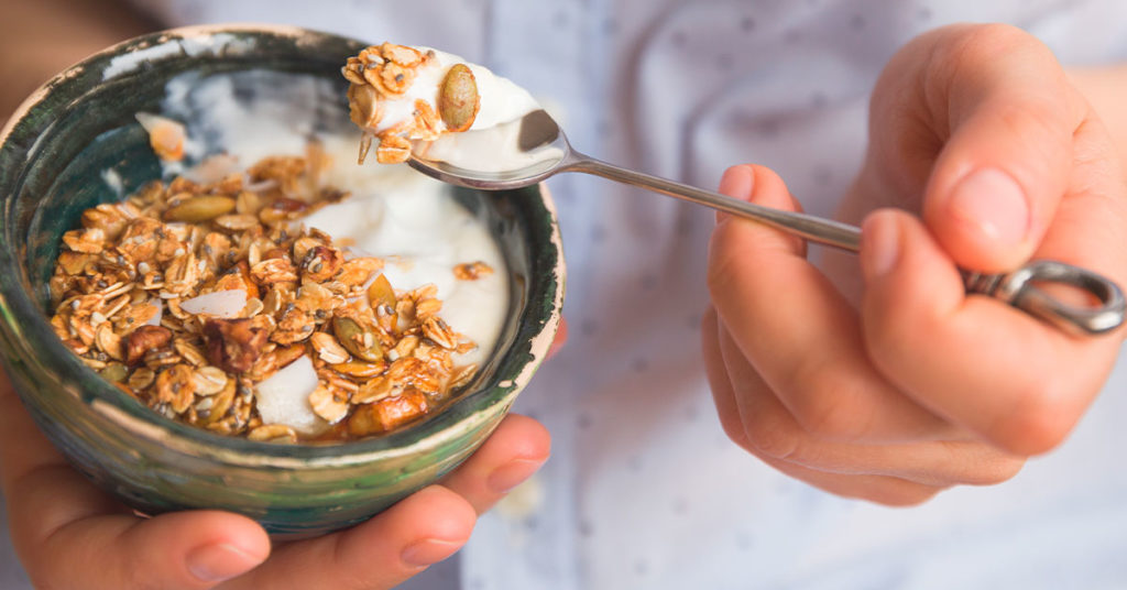 Imagen de plato de yogurt con granola