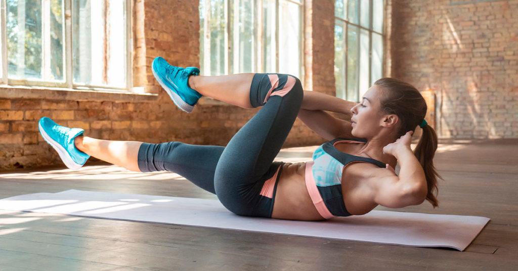 Imagen de mujer haciendo ejercicio de pedaleo para mejorar la circulación de las piernas