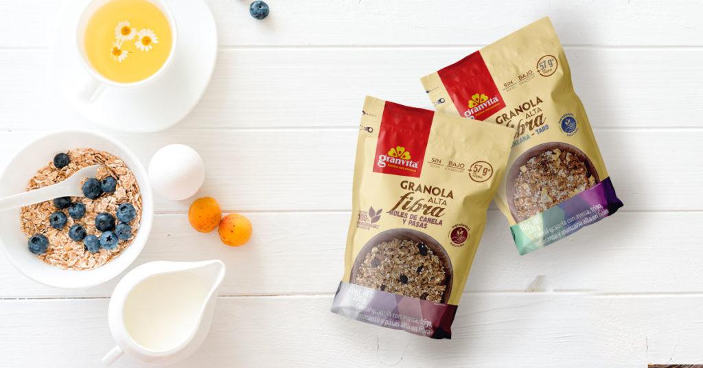 Imagen de empaques de granolas alta en fibra Manzana-Taro y Roles de canela y pasas Granvita