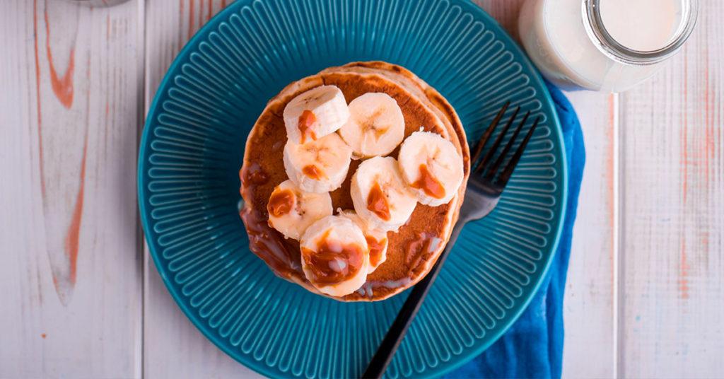 Imagen de hot cakes de avena con plátano y cajeta